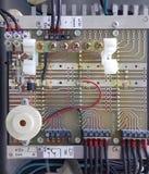 Partie et accessoires électriques dans le coffret de contrôle, le contrôle et le distributeur de puissance photo stock
