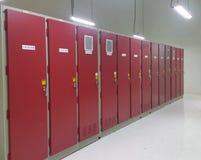 Partie et accessoires électriques dans le coffret de contrôle, le contrôle et le distributeur de puissance photos stock