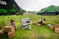 Partie extérieure avec la musique sur l'espace vert de la ville Photo libre de droits