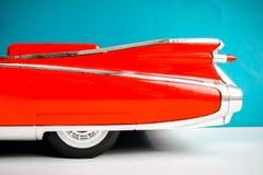Partie haute étroite de lumières arrières de voiture ancienne Fond coloré Couleurs rouges et bleues photo libre de droits