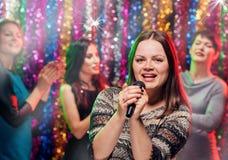 Partie heureuse de karaoke de girlsfriends Images libres de droits