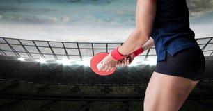 Partie inférieure du corps de joueur de ping-pong contre le stade avec les lumières lumineuses Photos stock