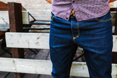 Partie inférieure du corps de l'homme habillée dans des jeans de lisière Image libre de droits
