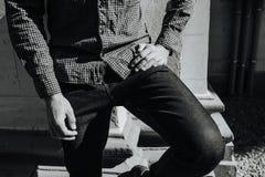 Partie inférieure du corps des hommes habillés dans des jeans de lisière Photographie stock