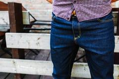 Partie inférieure du corps des hommes habillés dans des jeans de lisière Photos libres de droits