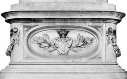 Partie richement décorée d'une colonne avec les éléments floraux sur un fond blanc Image libre de droits
