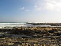 Partie rocheuse de plage de baie de la Sardaigne à Port Elizabeth, Afrique du Sud Photographie stock libre de droits