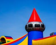 Partie supérieure colorée d'un château plein d'entrain pour des enfants à un festival de rue photographie stock libre de droits