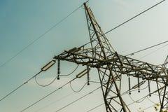 Partie supérieure de plan rapproché électrique de pylône Images libres de droits