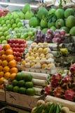 Partie supérieure du comptoir avec les fruits tropicaux au Vietnam image libre de droits