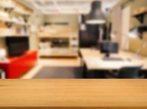 Partie supérieure du comptoir en bois avec le fond d'espace de travail Photos stock