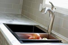 Partie supérieure du comptoir et bassin modernes de cuisine Photo libre de droits