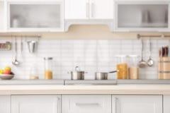 Partie supérieure du comptoir et vue brouillée d'intérieur de cuisine images libres de droits