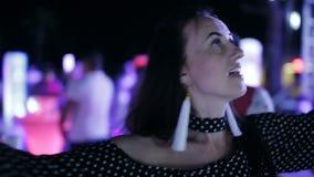 Partie sur la rue Danse de fille dans la foule à une disco extérieure Les filles de danse dans une disco clips vidéos