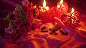Partie Valentine avec la combustion de bougie de décoration et la longueur de fleur banque de vidéos