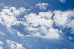 Partiellement nuageux dans le soleil de matin photo stock