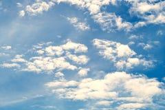 Partiellement nuageux dans le soleil de matin photos libres de droits