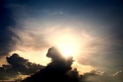Partiellement nuageux le soir sous le soleil chaud photo stock