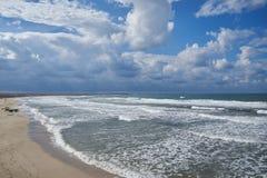 Partiellement nuageux sur la côte arénacée Images stock