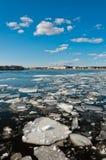 Parties cassées de glace flottant sur le fleuve Photo stock