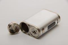Parties démantelées de la cigarette électronique sur un backgrou blanc Photos stock
