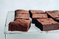 Parties de 'brownie' de chocolat sur le fond blanc Images stock
