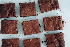 Parties de 'brownie' de chocolat sur le fond blanc Photo libre de droits