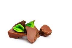 Parties de chocolat sur un fond blanc Photographie stock libre de droits
