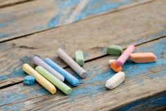 Parties de craie colorées sur le panneau photographie stock libre de droits