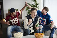 Parties de football de observation Photo libre de droits