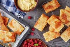 Parties de pâte feuilletée sur une plaque de cuisson Image stock