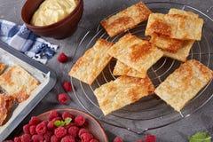 Parties de pâte feuilletée sur une plaque de cuisson Photo stock