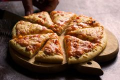 Parties de pizza de fromage Photos stock
