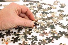 Parties de puzzle de cru avec la main de l'homme Images libres de droits
