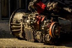 Parties de vieilles pièces de moteur au sol image stock