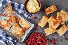Parties fraîchement cuites au four de pâte feuilletée Images stock