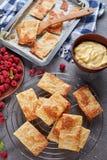 Parties fraîchement cuites au four de pâte feuilletée Image stock