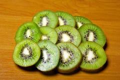 Parties juteuses de kiwi par des boucles. Photo libre de droits
