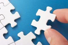 Parties se réunissantes d'un puzzle de personne. Photo libre de droits