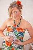 Partiflicka med blommor i henne hår Royaltyfri Foto