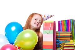 Partiflickan med ballonger och gåvan boxas Royaltyfri Fotografi