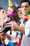 Partifolk i stång som firar karneval Royaltyfri Fotografi