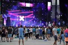 Partifolk på en levande konsert arkivfoton