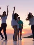Partifolk på solnedgång fotografering för bildbyråer
