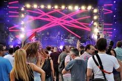 Partifolk på en levande konsert Arkivbild