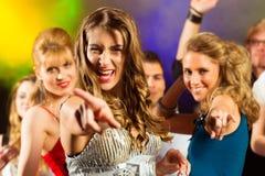 Partifolk som dansar i diskoklubba Royaltyfri Bild