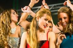 Partifolk som dansar i diskoklubba Arkivfoto