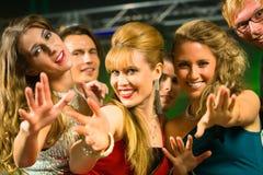 Partifolk som dansar i diskoklubba Royaltyfria Bilder