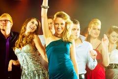 Partifolk som dansar i diskoklubba Royaltyfri Foto