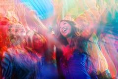 Partifolk som dansar i diskoklubba Arkivbild